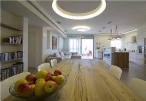 מבט מפינת האוכל לסלון ומטבח, טלי מאיר פיק