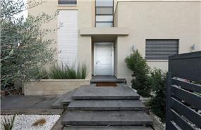 מדרגות בזלת המובילות לכניסה לבית, טלי מאיר פיק