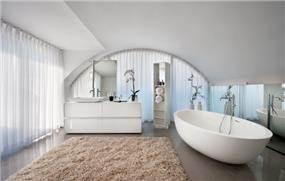 אמבטיית הורים - מיקי טרבס, אדריכל