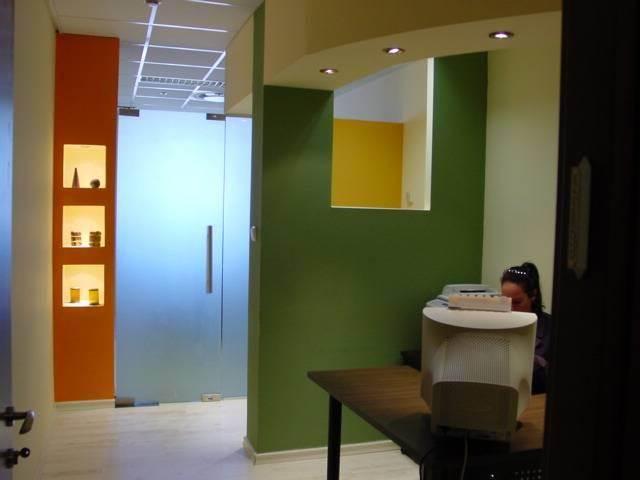 משרד צבעוני וצעיר המכניס אנרגיות עבודה.