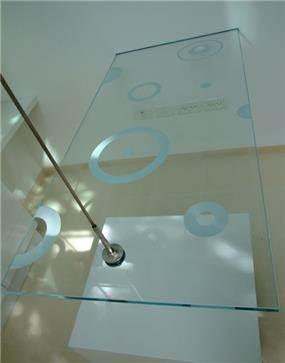 שולחן עבודה מזכוכית והדפס - אסנת ברוקמן-אדריכלית