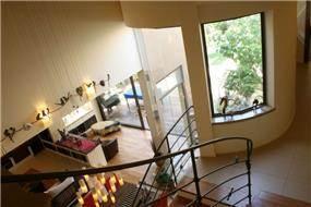 חדר מדרגות - מאיר רביב
