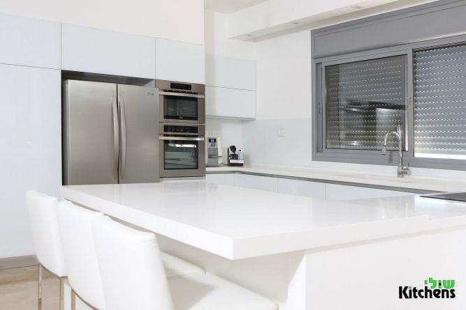 מודרני לבן קלאסיות בדירת קבלן, שולי זיו מטבחים