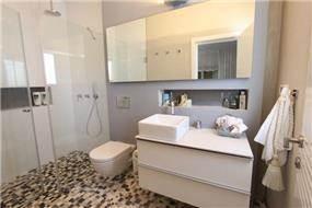 מבט אל חדר האמבטיה, מיטל צימבר