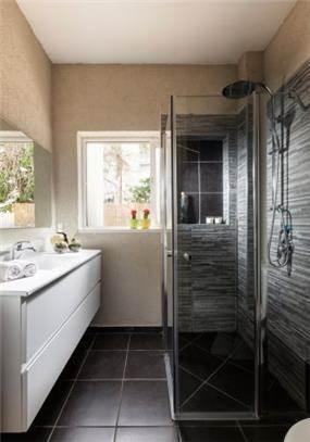 חדר אמבטיה עם צבעים כהים אך מזמין, מיטל צימבר