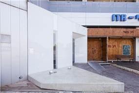 """חזית בניין משרדים, מישר אדריכלות ובניה בע""""מ"""