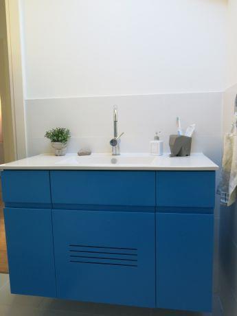 ארון אמבטיה כחול, קרן אילן אדריכלות ועיצוב בתים