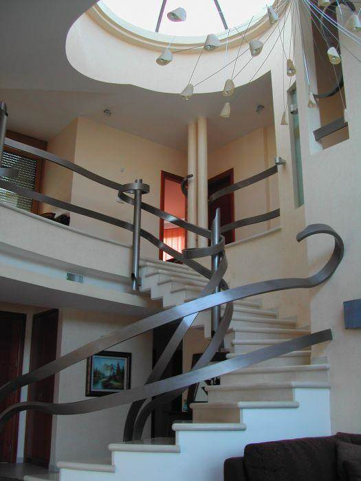 חלל מדרגות יצירתי - אדריכלית אביבה רוטביין