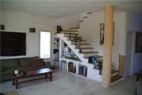 חדר מדרגות וסלון, מושב כנף, רמת הגולן - צור פורת אדריכלות ועיצוב