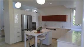"""מטבח עם חיפוי קירות זכוכית - רוני נגרות קלאסית בע""""מ"""