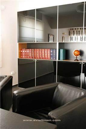 כורסא שחורה - י. אלטמן עיצוב ותכנון פנים