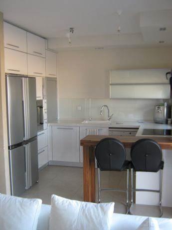 """מטבח עם דלפק, דירה בצפון ת""""א - שלי דותן אדריכלות ועיצוב פנים"""