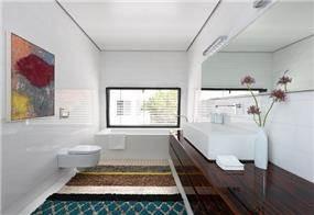 שילוב אבן טאסוס ועץ בחדר אמבטיה. עיצוב: אדריכל מרק טופילסקי
