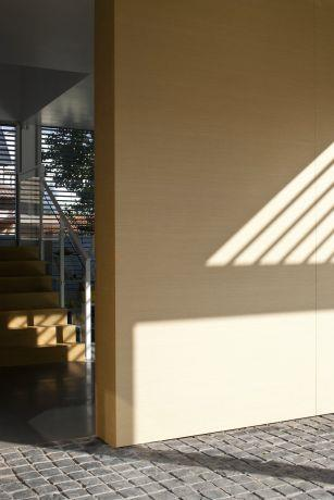 הצצה מדלת הכניסה. עיצוב מודרני של אדריכל מרק טופילסקי