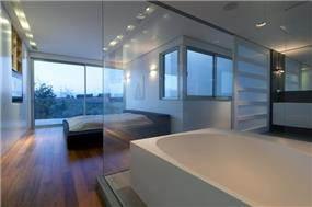 מבט אל חדר השינה היוקרתי מחדר האמבטיה הצמוד , בתכנון מרק טופילסקי
