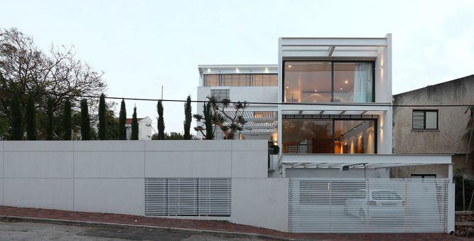 חזית בית הכוללת תאורה מעניינת בעיצוב אדריכל מרק טופילסקי