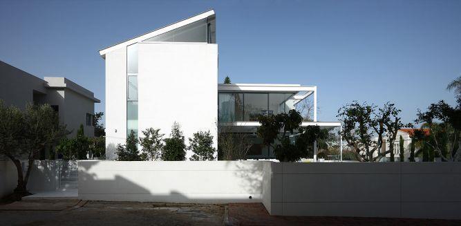 גג רעפים מוסתר בחזית בית. עיצוב: אדריכל מרק טופילסקי