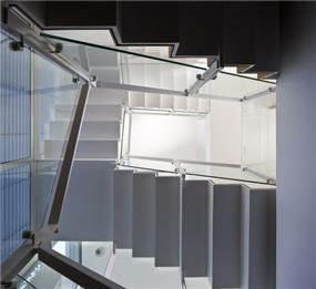 מבט כלפי מטה על מדרגות הבית. עיצוב: אדריכל מרק טופילסקי