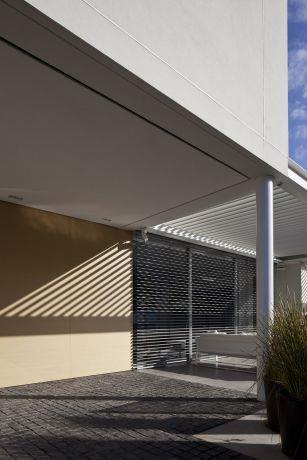דגש על פרופורציה ומשקל בחזית הבית. עיצוב: אדריכל מרק טופילסקי