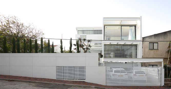 חזית פלדה לרחוב בעיצוב מינימליסטי של אדריכל מרק טופילסקי