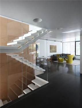 מדרגות מרחפות וסלון מודרני בעיצוב אדריכל מרק טופילסקי