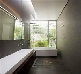 אבן בחיתוכים שונים באמבטיה. עיצוב: אדריכל מרק טופילסקי