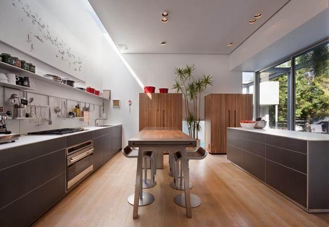 מטבח מודרני עם בר מעוצב בתכנון מרק טופילסקי אדריכל