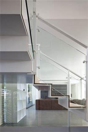 מדרגות מחומר דק וכמעט בלתי מורדש בעיצוב אדריכל מרק טופילסקי
