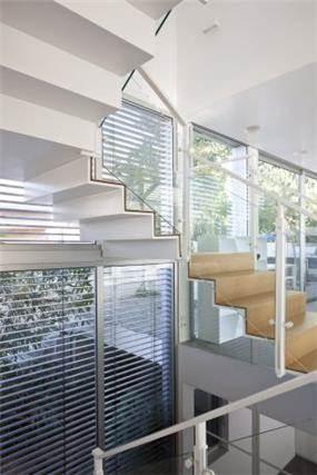 מדרגות נעלמות בעיצוב האדריכל מרק טופילסקי