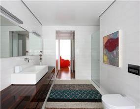 אמבטיה מודרנית מעוצבת בלבן בעיצוב אדריכל מרק טופילסקי