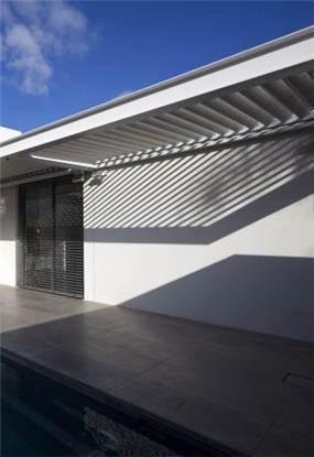 משחק אור וצל בפרגולה במרפסת. עיצוב: אדריכל מרק טופילסקי