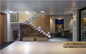 מבט אל הסלון והמבואה בעיצוב מודרני של אדריכל מרק טופילסקי