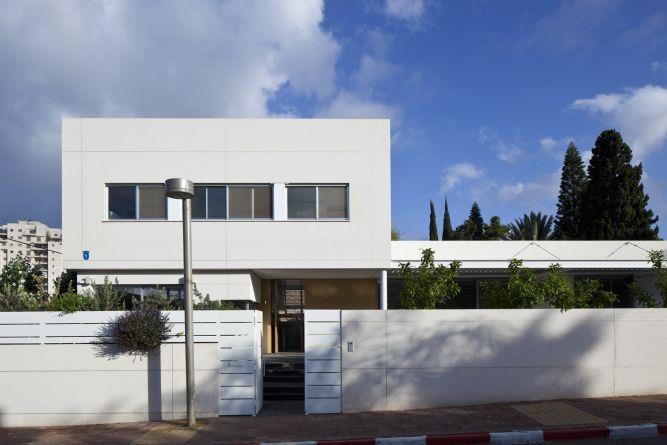 קומפוזיציה מודרנית בחזית הבית. עיצוב: אדריכל מרק טופילסקי