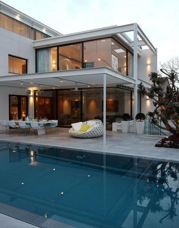 מבט מהחצר והבריכה אל פנים הבית. עיצוב: אדריכל מרק טופילסקי