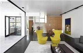 סלון מודרני הכולל טשטוש בין פנים לחוץ. עיצוב: אדריכל מרק טופילסקי