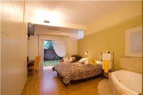 עיצוב חדר שינה בצבעים חמים