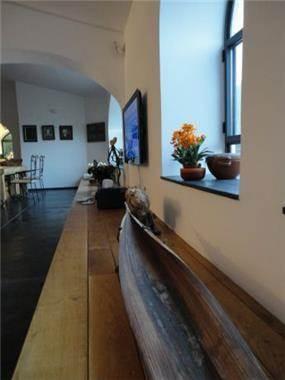 ספסל מקשר בסלון כאלמנט חם וביתי. עיצוב: דורית אשל