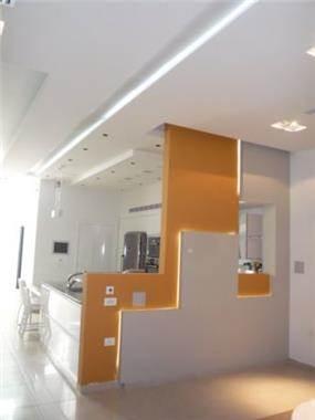 קיר דקורטיבי עם משחק בתאורה, אילנה משלזון אדריכלים