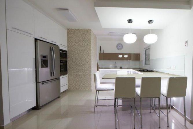 חלל מטבח מעוצב בקווים מודרניים. עיצוב של אורית סנדר