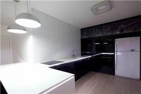 מטבח מודרני ומינימליסטי בצבעי שחור לבן. עיצוב: אורית סנדר
