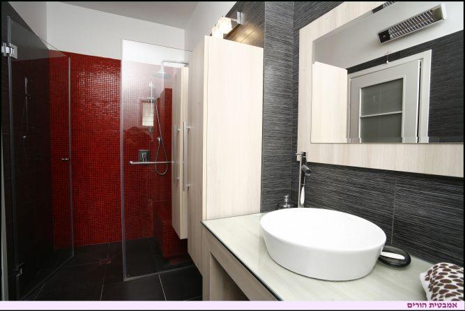 עיצוב חלל אמבטיה , מעוצב בצבעים שחור, לבן, אדום,  חדר רחצה הורים