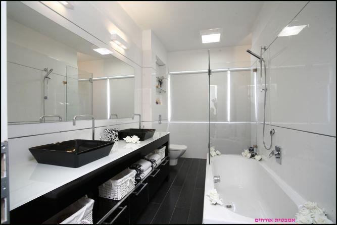 עיצוב חדר אמבטיה  בשחור לבן אמבטית אורחים