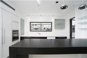 מטבח מודרני שחור לבן