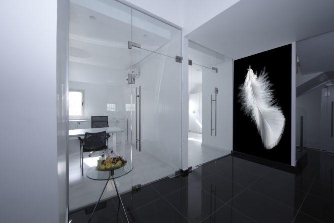 עיצוב משרד עם דגש על חללים מאווררים ותוספת חיפוי קיר בשחור לבן. עיצוב: אורית סנדר