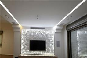 עיצוב קיר טלוויזיה בסלון בשילוב חיפוי קיר מסוגנן. עיצוב: אורית סנדר