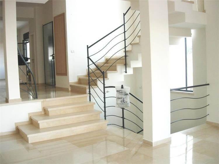 חדר מדרגות, בית פרטי, פרחים - דניס ויסר אדריכלית