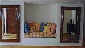 ספה בתוך קיר