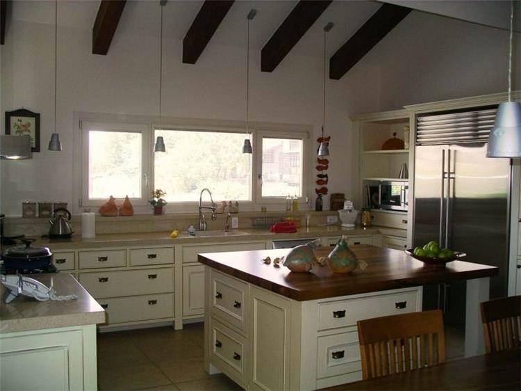 מטבח כפרי  עם אי בתכנון תמר אשר - אבנון, אדריכלית