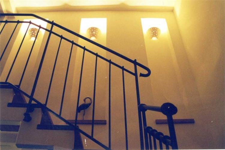 גרם מדרגות, בית פרטי, ראש העין - ארזה בן אור, אדריכלות ביו קלימטית