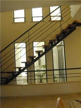 פאטיו וחדר מדרגות, בית פרטי, רמת השרון - ארזה בן אור, אדריכלות ביו קלימטית